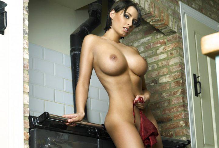 голая красотка-жена на кухне готовит обед