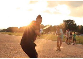 Веселое уличное развлечение, актуальное в жаркую погоду (1фото+2видео)