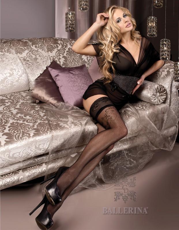 милфа в прозрачном платье и чулках на диване в ожидании мужа