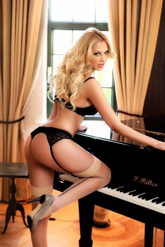 учится играть на рояле