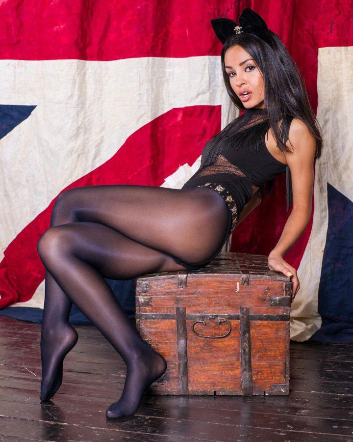 миленькая модель в черных нейлоновых колготках на фоне британского флага