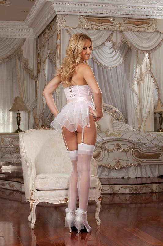 невеста в коротенькой юбке и белых чулках позирует задом