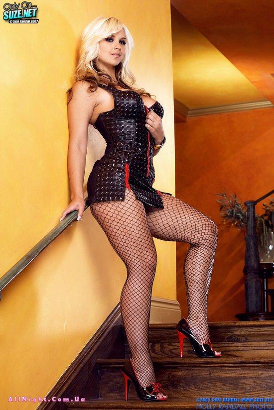 в кожаном коротеньком платьице на лестнице