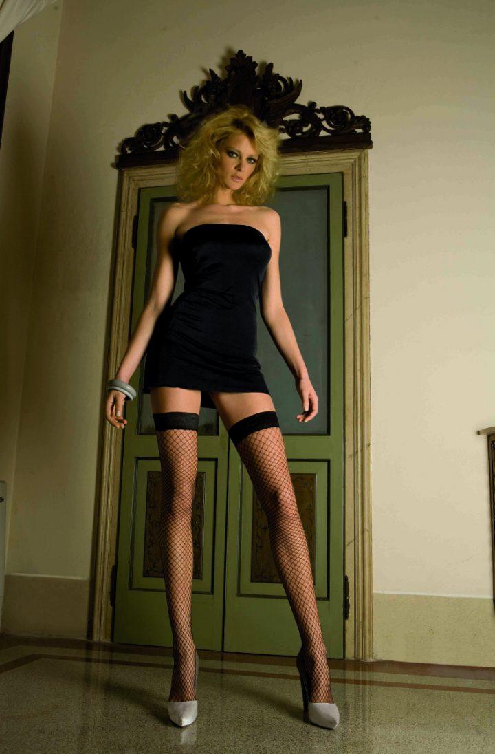 блонда в коротком платье и чулках