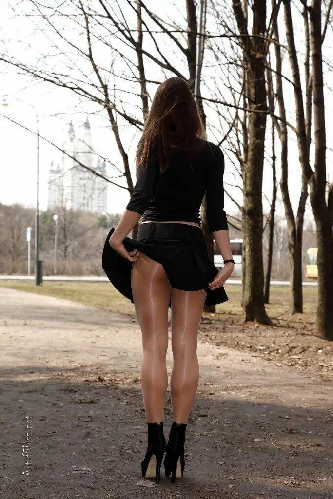 Девушки в мини - фото красоток в коротких обтягивающих юбках и платьяхДевушки в мини - фото красоток в коротких обтягивающих юбках и платьях