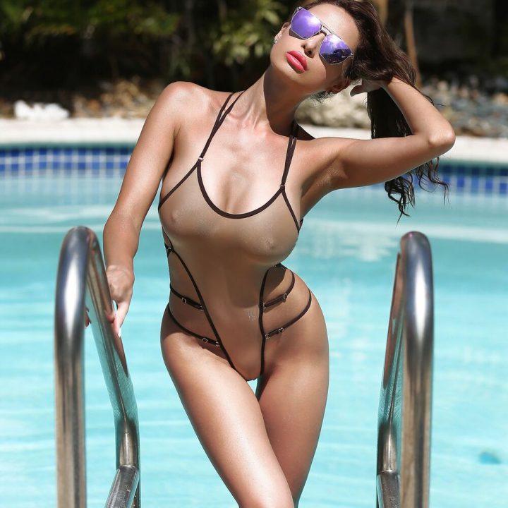 Шикарная дама с набухшими сосками выходит из воды