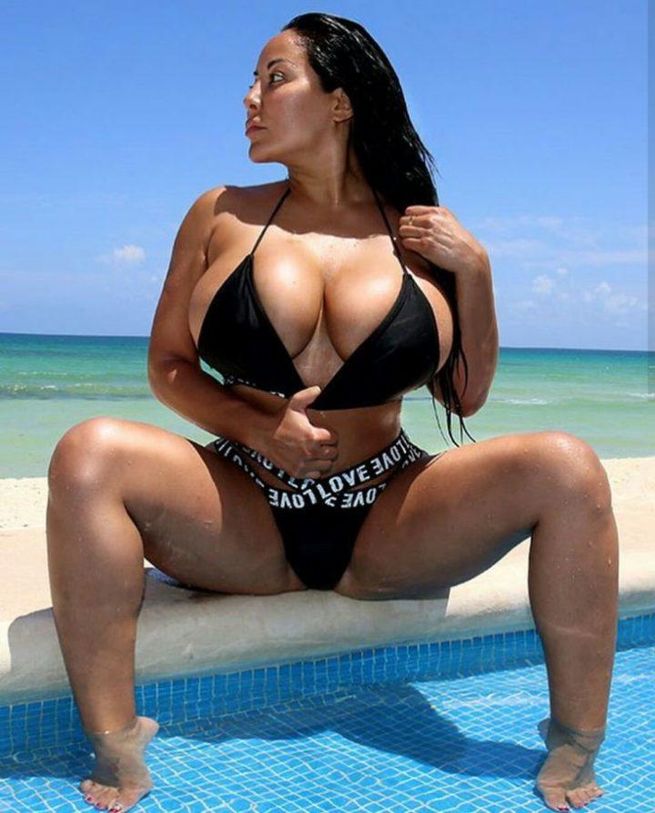 Шикарная картинка: брюнетка с большими сисями и раздвинутыми ногами на пляже у моря