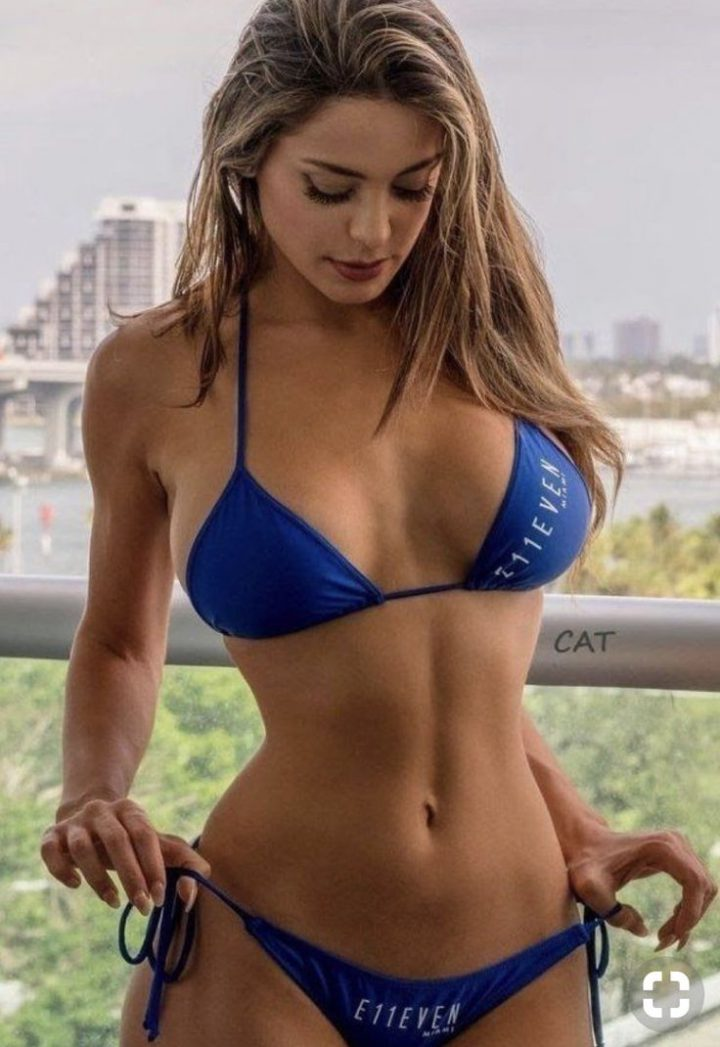 Сексуальная блондинка натягивает свои стринги