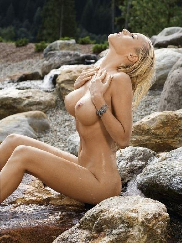 русалка на прибрежных камнях голышом