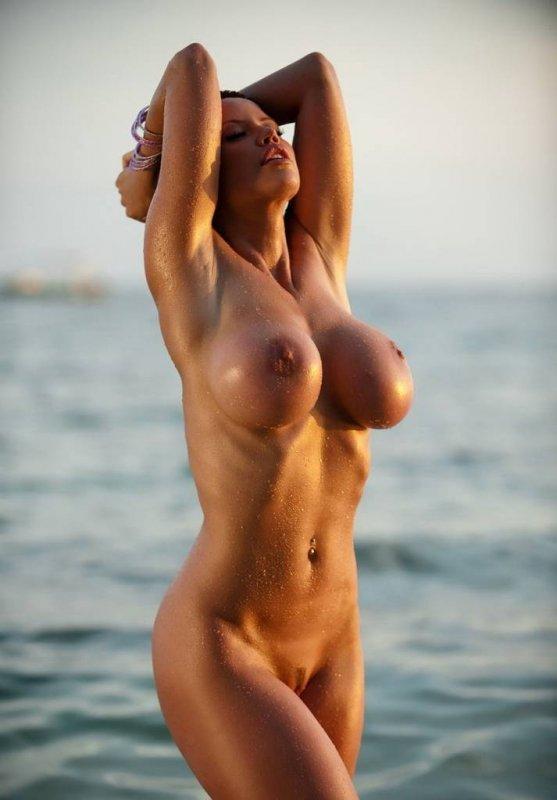 это настоящая или силиконовая грудь? как думаете?