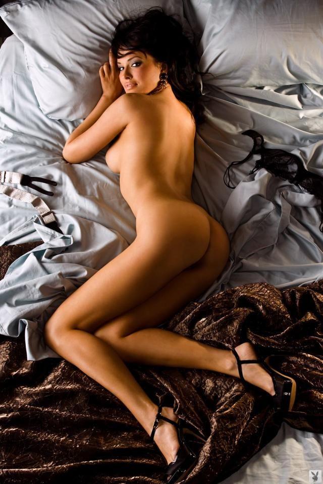 легла набок отставив попку