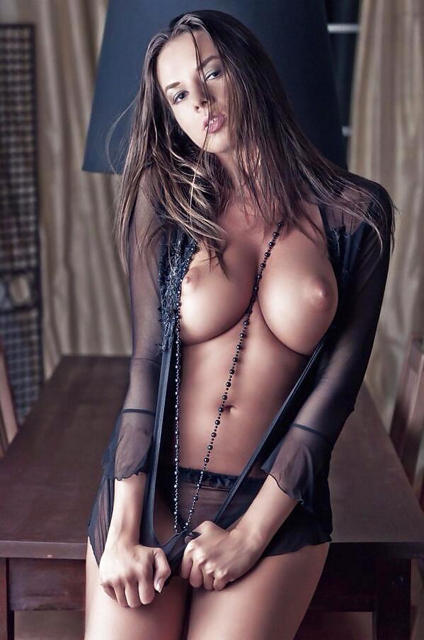 сексуальная милашка в прозрачной блузке