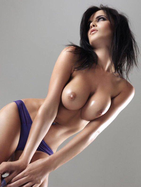 девушка в синих трусиках нагнулась и показала свое тело снизу