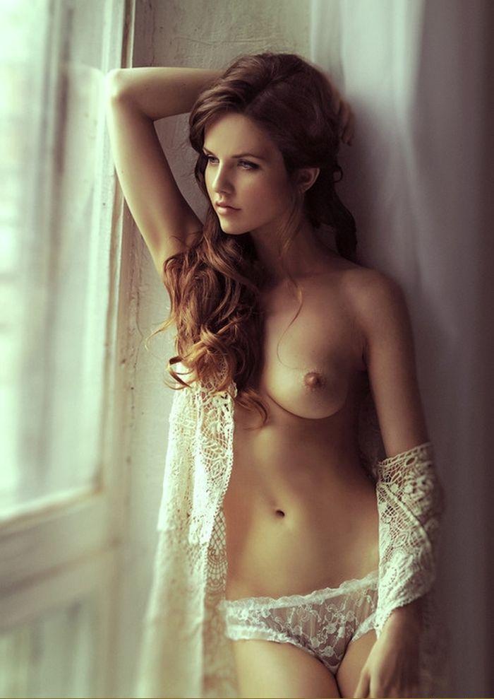 удивительное фото девушки с в трусиках с обнаженной грудью