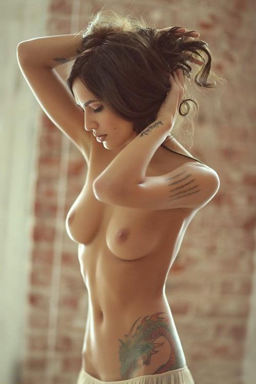 фотомодель ню с сексуальными тату на теле
