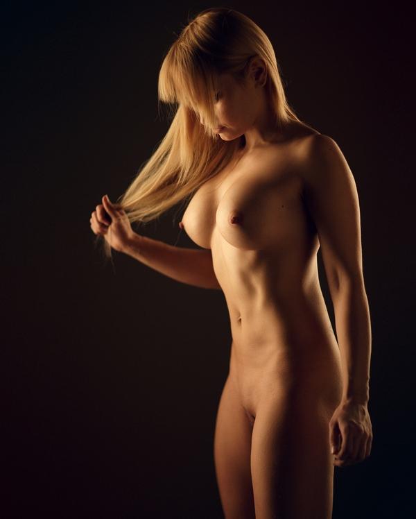 красотка без одежды прикрывает волосами свое лицо