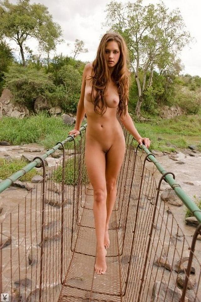 на подвесном мосту в полный рост