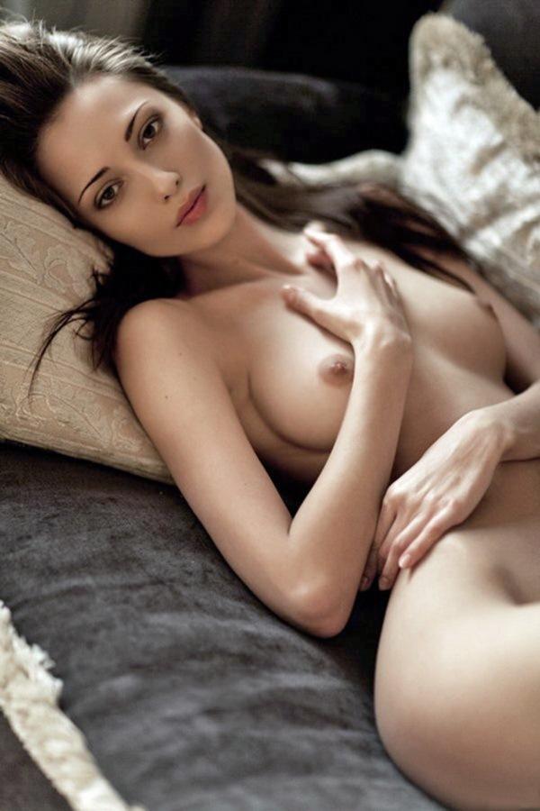 мечтает лежа в постели