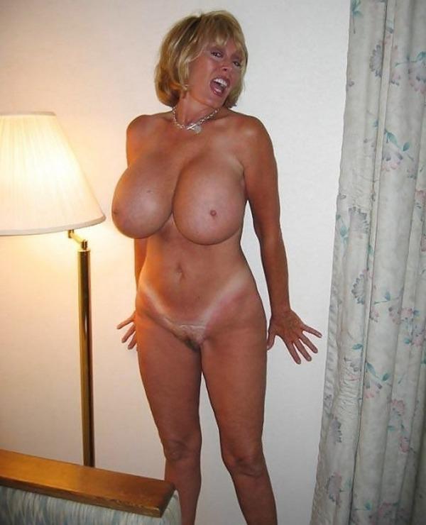 женщина в возрасте с очень большими оголенными дойками