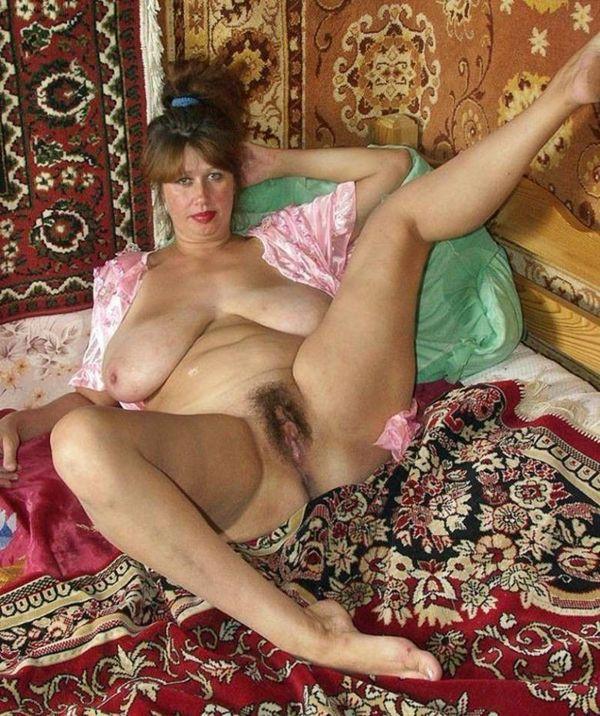 русская баба с висячими сиськами и волосатой писькой из деревни на фоне ковров с пальне