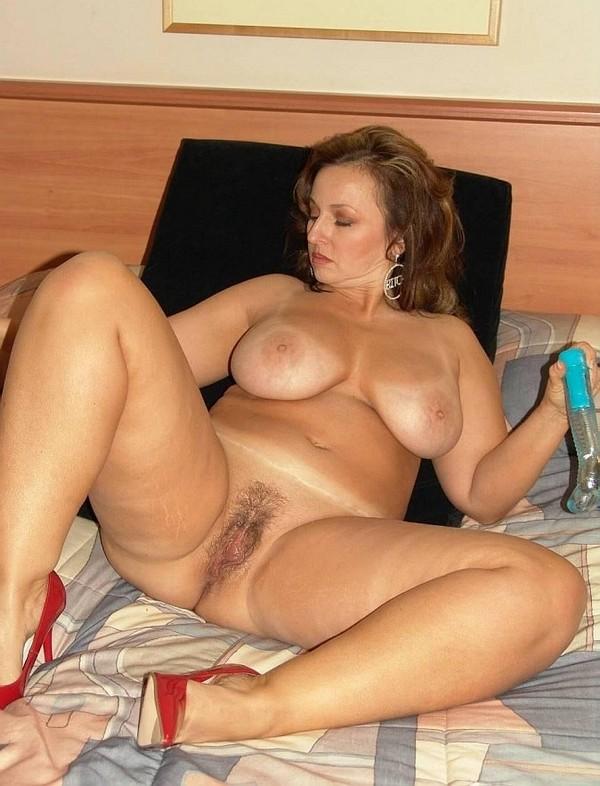 страстная русская милфа удовлетворяет себя дома в спальне