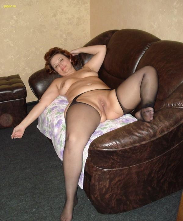 толстая баба в рваных колготках на диване показывает свои женские прелести