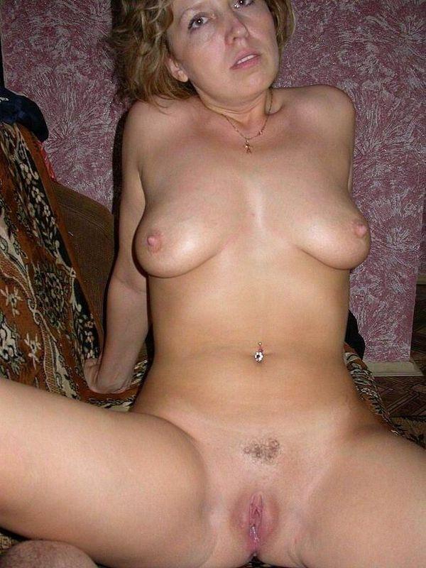 блондинка с интимной стрижкой на лобке и с пирсингом в пупке
