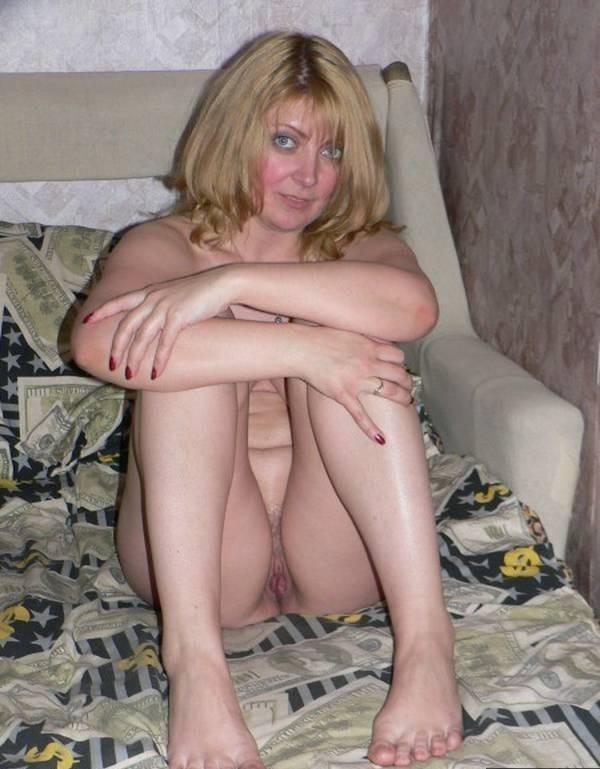 голубоглазая блондинка засветила свою киску