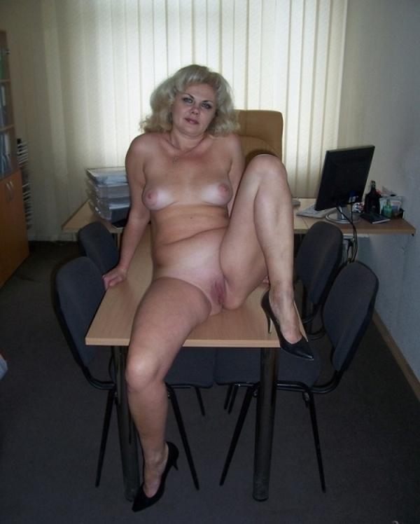 секретарша на столе голой ждет босса