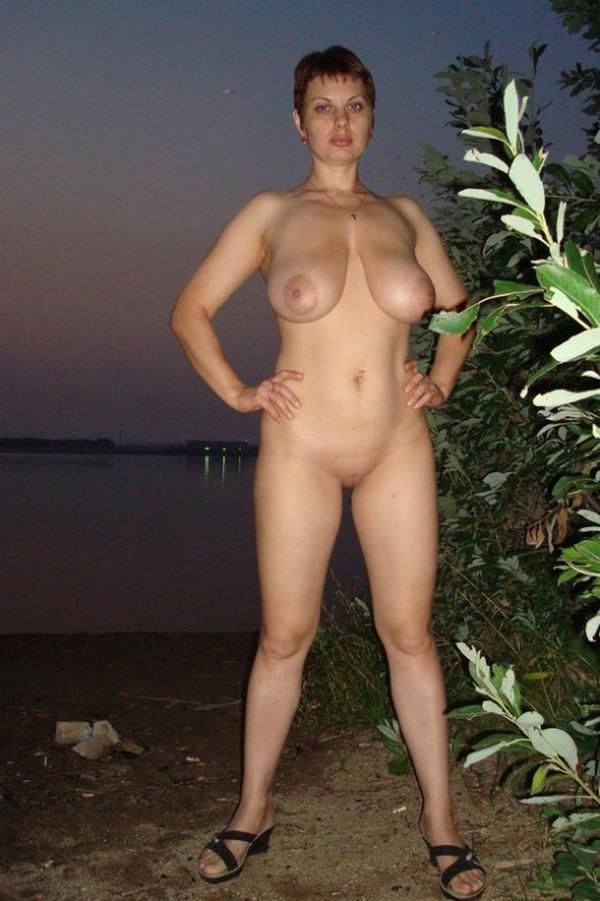 рыжая бабенка на берегу реки в полный рост на частной фото