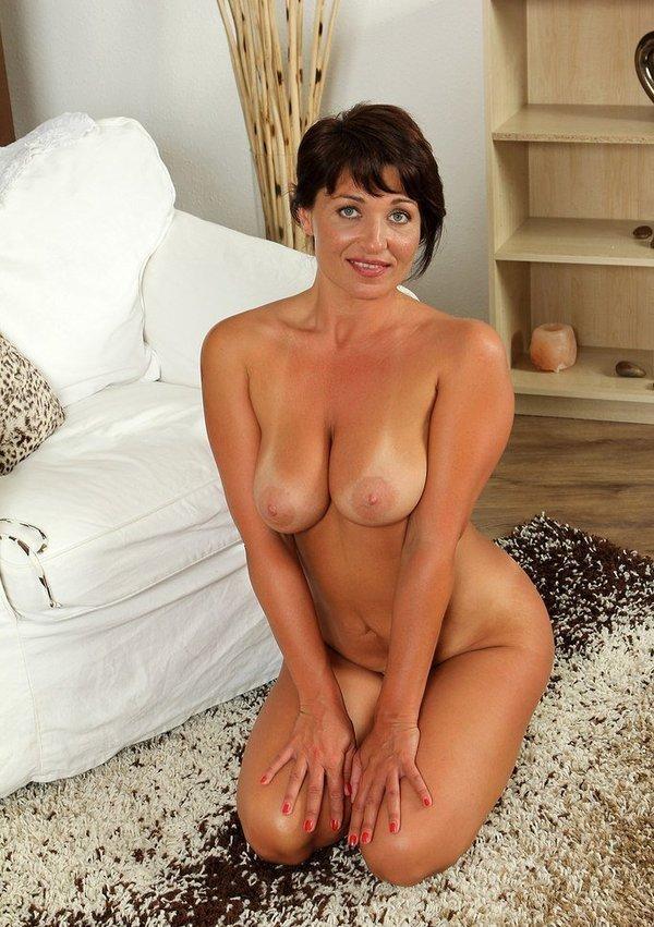горячая сексапильная дамочка сидит обнаженной на ковре