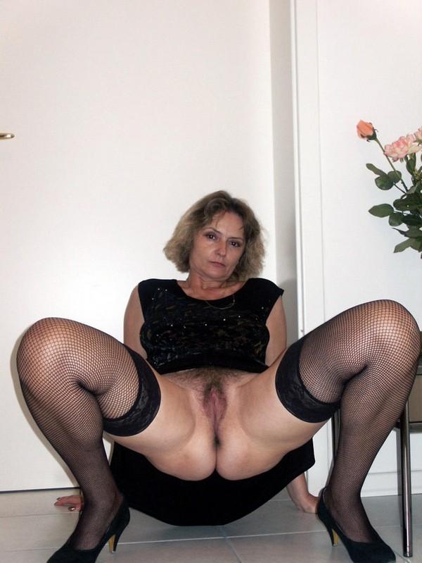 дама в черном раздвигает ноги