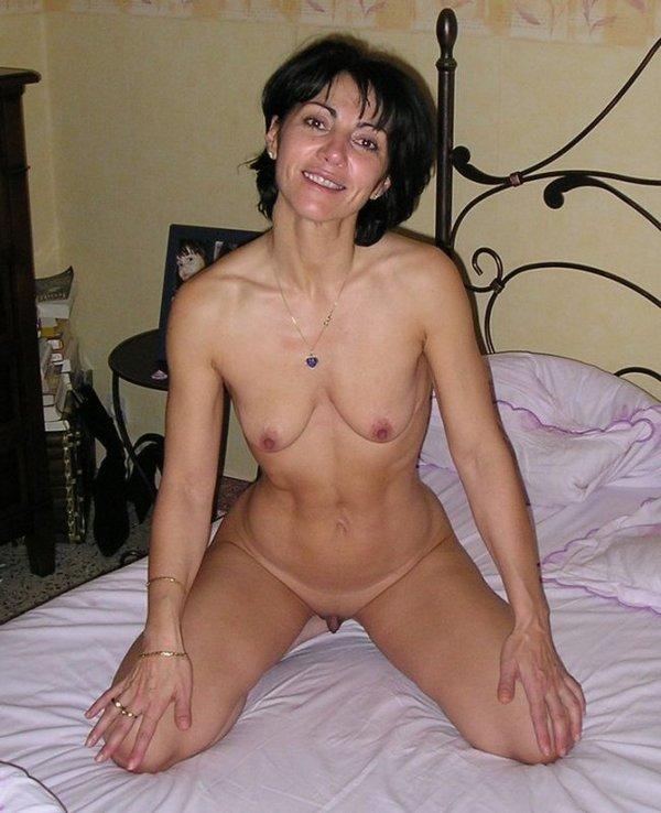брюнетка сидя на кровати в спальне