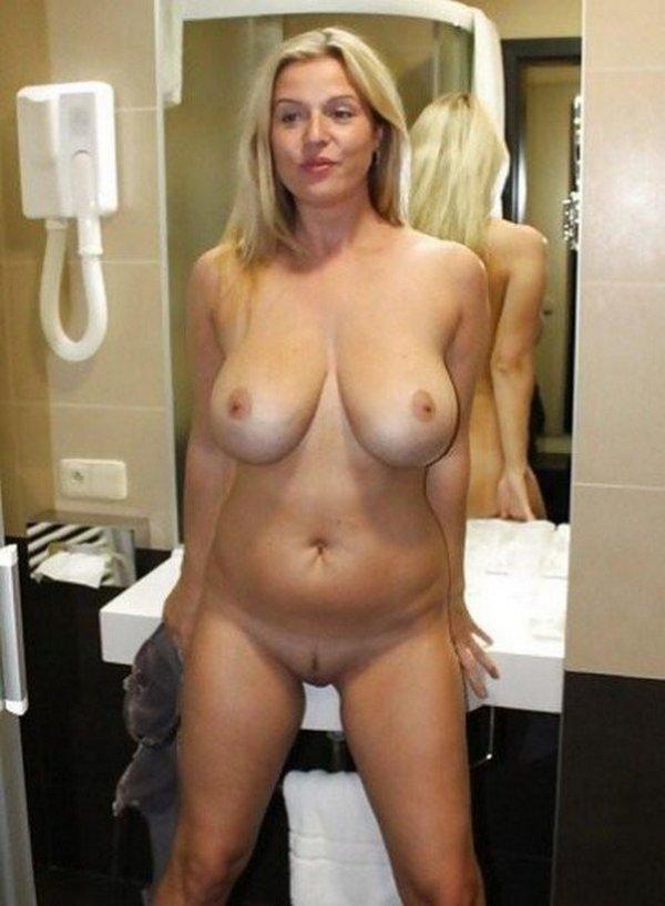 мамка в ванной комнате без одежды