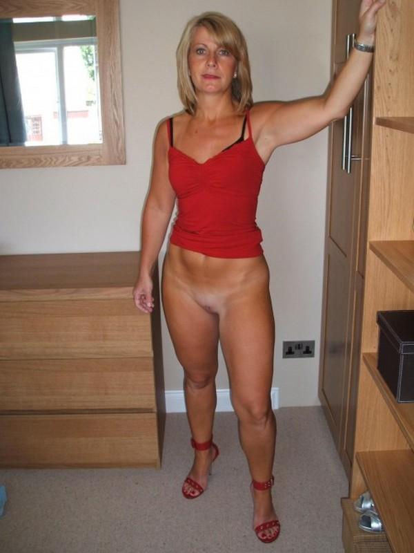 бабушка со стройными ногами и упругим животом в красной майке и в красных туфлях