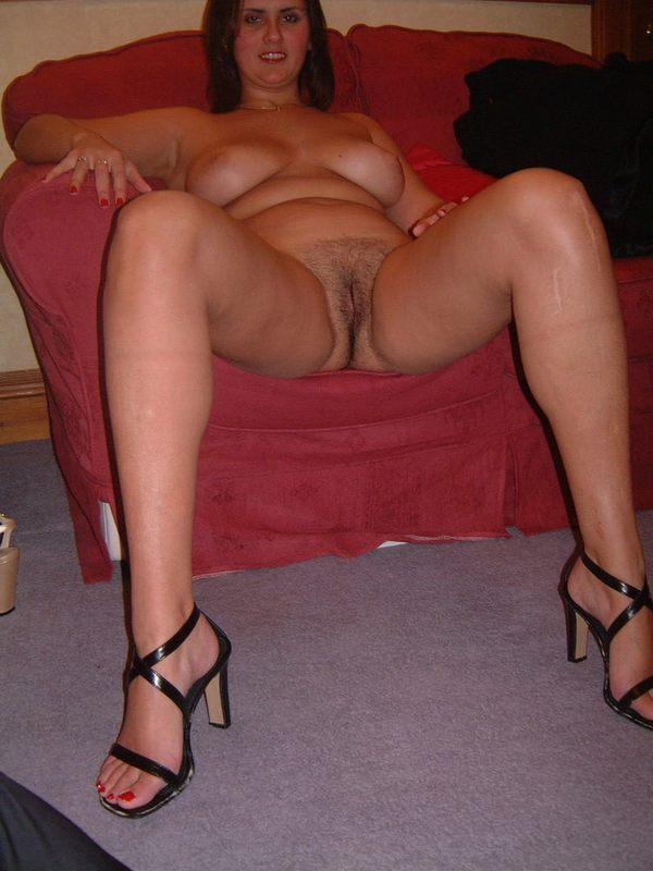 частное фото толстухи дома на диване