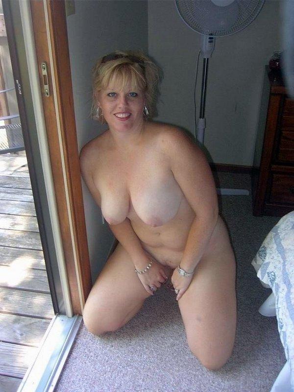 сидя без одежды на полу у двери