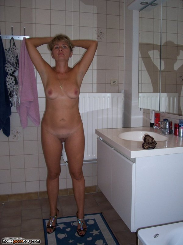 50-летняя блонда в ванной комнате