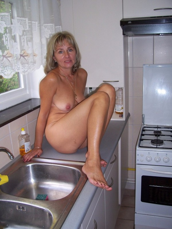 45-летняя баба на кухонном столе
