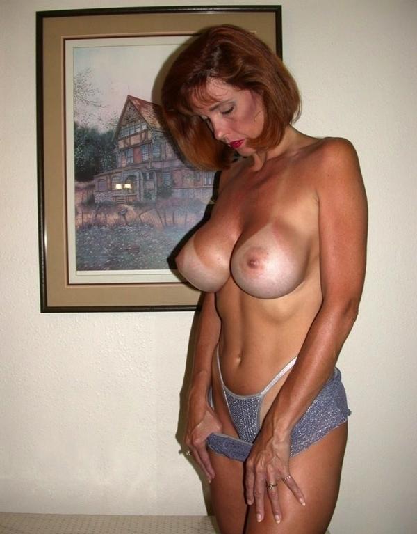 баба с большой упругой и стоячей грудью снимает юбку