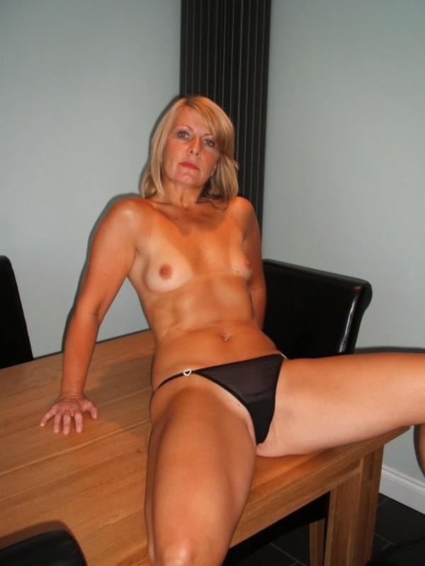 горячая мамка с маленькими сисями на столе
