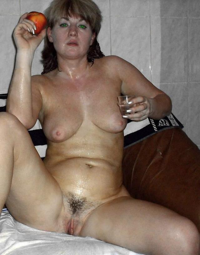 дама пьет водочку и закусывает персиком в сауне
