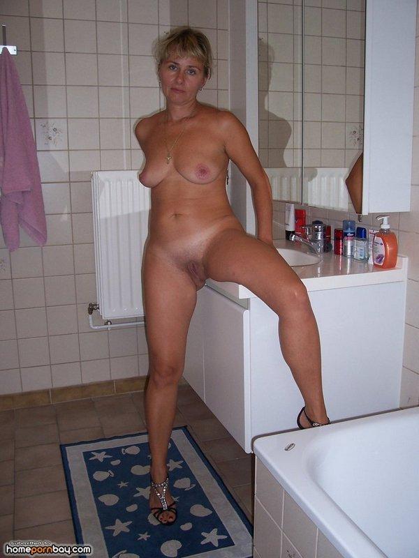 русская баба голая и на высоких каблуках в ванной комнате