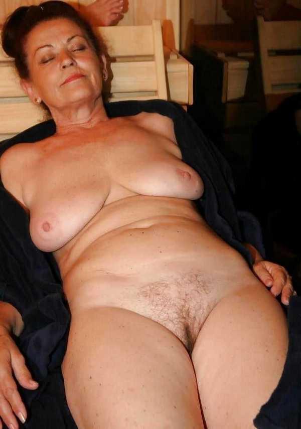 в сауне на лежаке распахнув халат