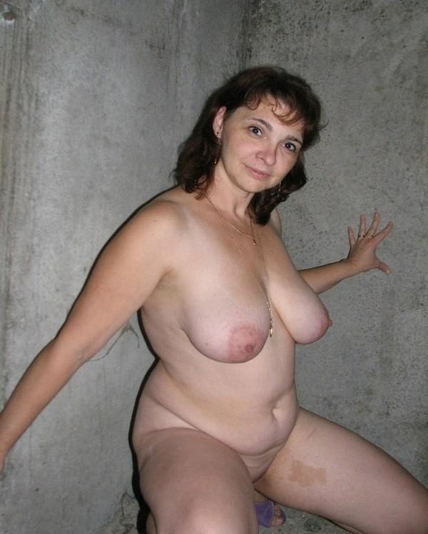 баба на фоне бетонной стены