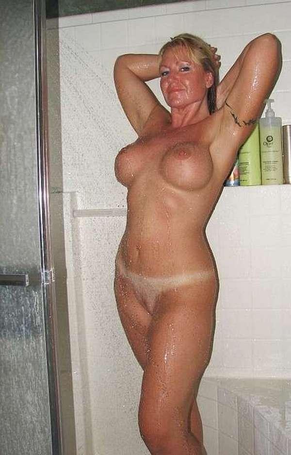 горячая мамка с упругой грудью под душем