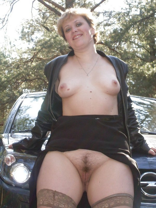 готова к сексу на капоте авто