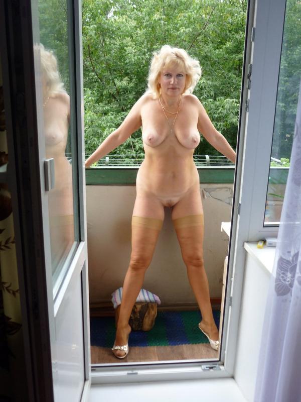 на балконе летом без одежды
