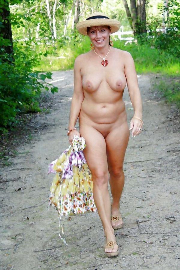 нудистская прогулка по лесу