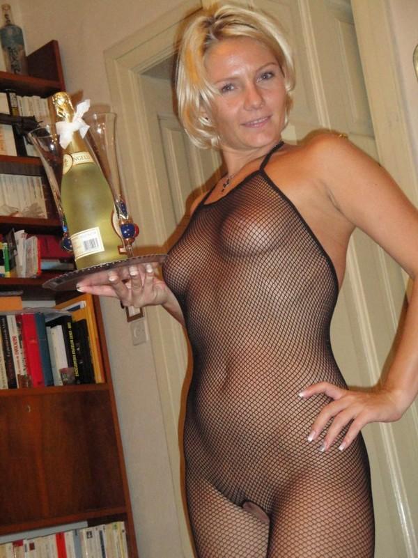 в возбуждающем наряде с бутылкой шампанского
